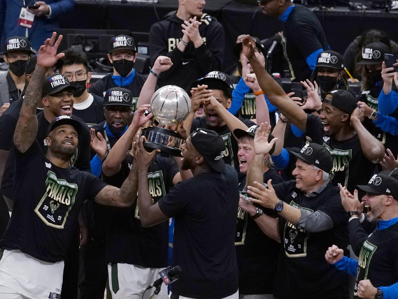 Oslavujúci basketbalisti Milwaukee Bucks s trofejou