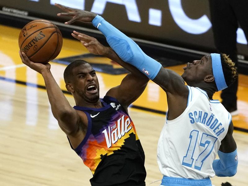 Basketbalista Phoenixu Suns Chris Paul (vľavo) a hráč Los Angeles Lakers Dennis Schroder v súboji o loptu