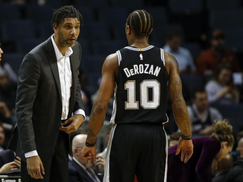 Tim Duncan počas trénerskej premiéry na lavičke Spurs