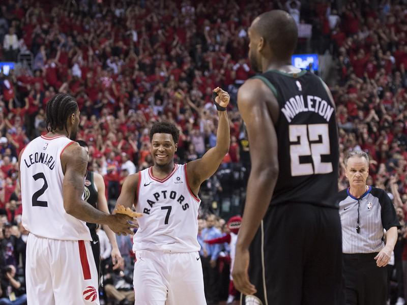 Kyle Lowry (7) a Kawhi Leonard (2) oslavujú postup Toronta