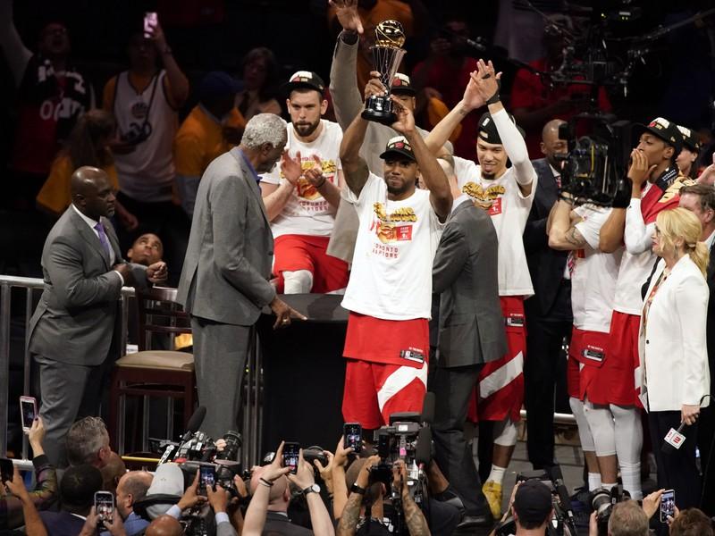 Radujúci sa hráči Toronta Raptors po zisku titulu