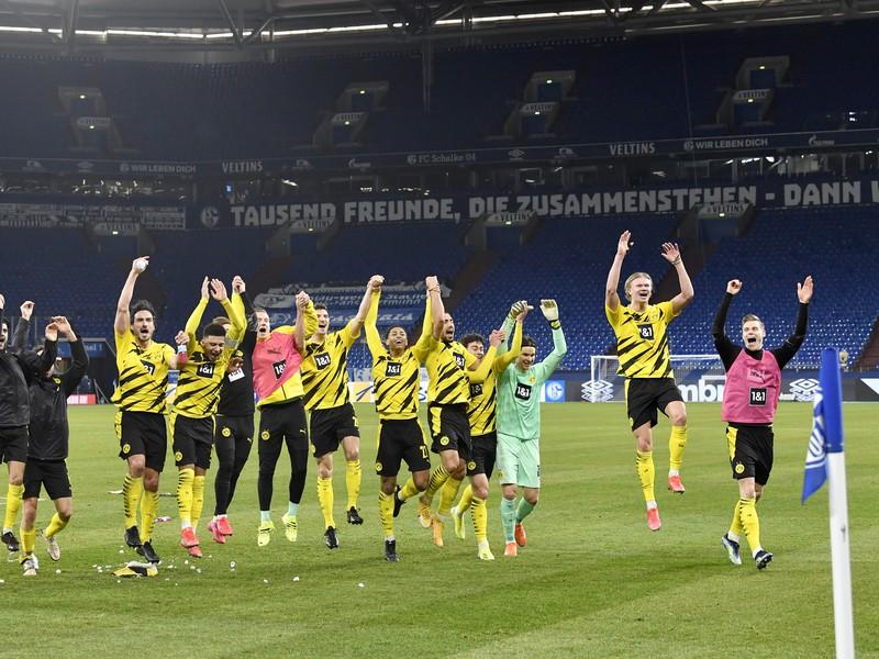 Víťazné oslavy futbalistov Borussie Dortmund po triumfe so Schalke