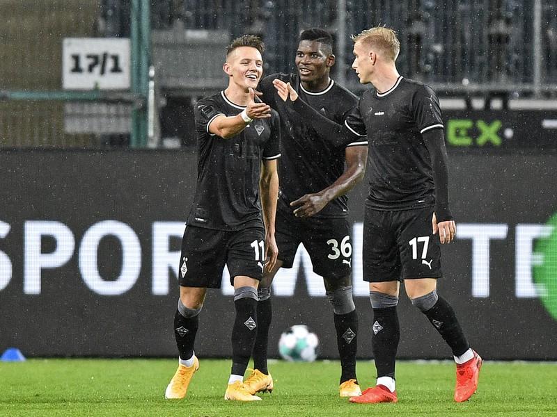 Hannes Wolf (vľavo) a jeho gólové oslavy so spoluhráčmi