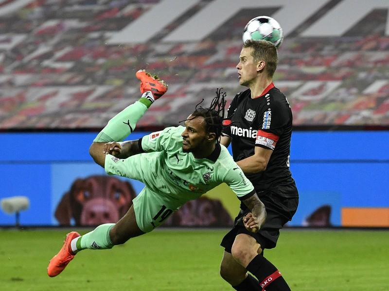 Valentino Lazaro akrobatickým spôsobom dáva gól Borussie