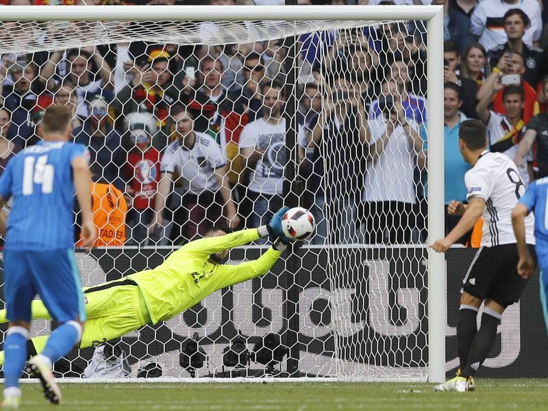 Matúš Kozáčik chytá penaltu Mesutovi Özilovi