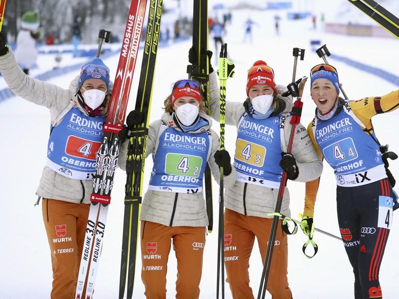Kvarteto domácich nemeckých biatlonistiek v zostave zľava Franziska Preussová, Denise Herrmannová, Janina Hettichová a Vanessa Hinzová zvíťazilo v pretekoch ženských štafiet v Oberhorfe