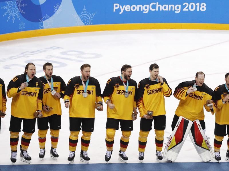 Nemeckí hokejisti so striebornými medailami