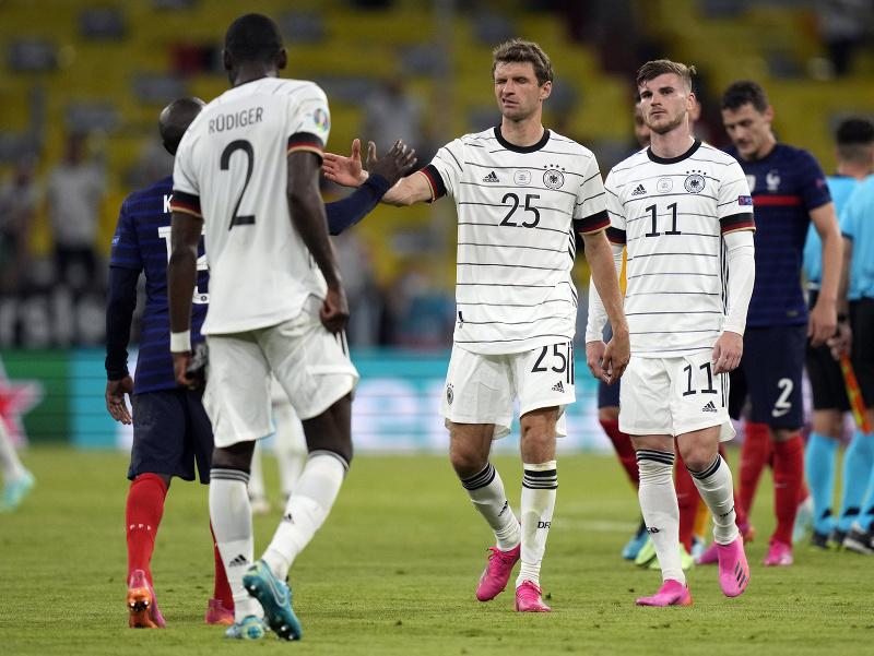 Nemeckí hráči po prehre s Francúzskom