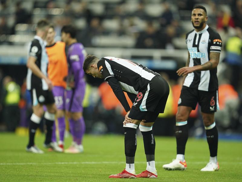 Sklamaní futbalisti Newcastlu United po prehre s Tottenhamom Hotspur