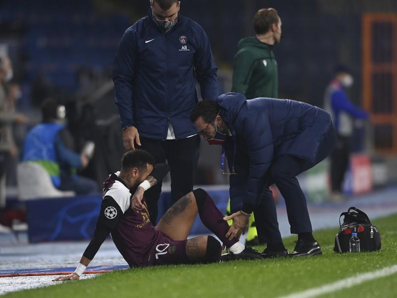 Neymara ošetruje klubový lekár