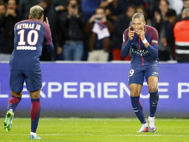 Neymar a Kylian Mbappé oslavujú gól PSG