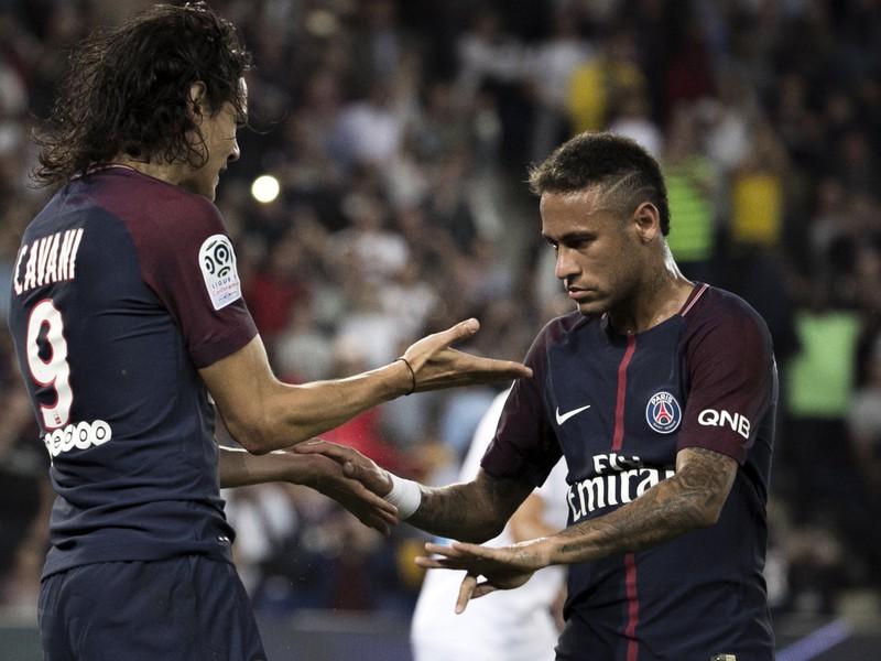 Neymar a Cavani počas piatkovej predohrávky