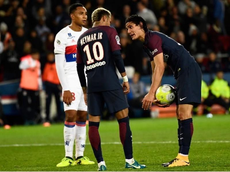 Neymar a Cavani sa dohadujú, kto bude kopať penaltu v súboji s Lyonom