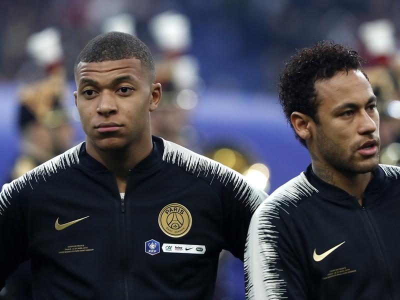 Kylian Mbappé a Neymar pred začiatkom finále