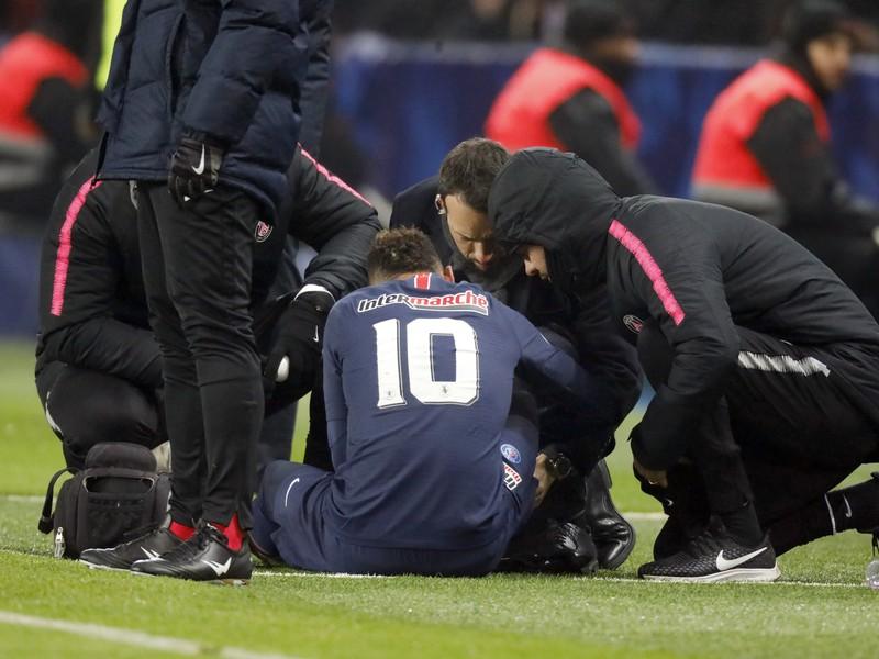 Zranený Neymar v opatere lekárov