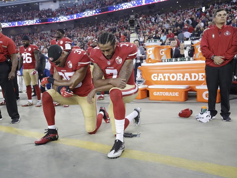 Bývalý rozohrávač San Francisca Colin Kaepernick pokľakol počas štátnej hymny