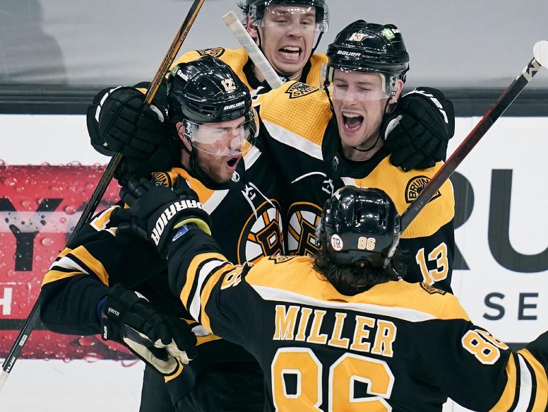 Hráči Bostonu sa radujú z víťazného gólu