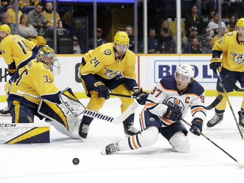Hráči Edmontonu sa radujú z gólu