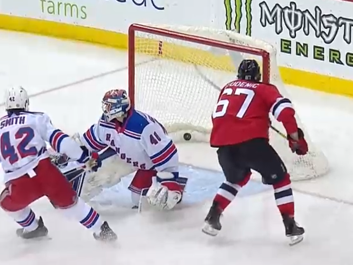 Marián Studenič strieľa premiérový gól v NHL