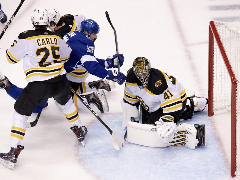 Momentka zo zápasu Bruins a Lightning