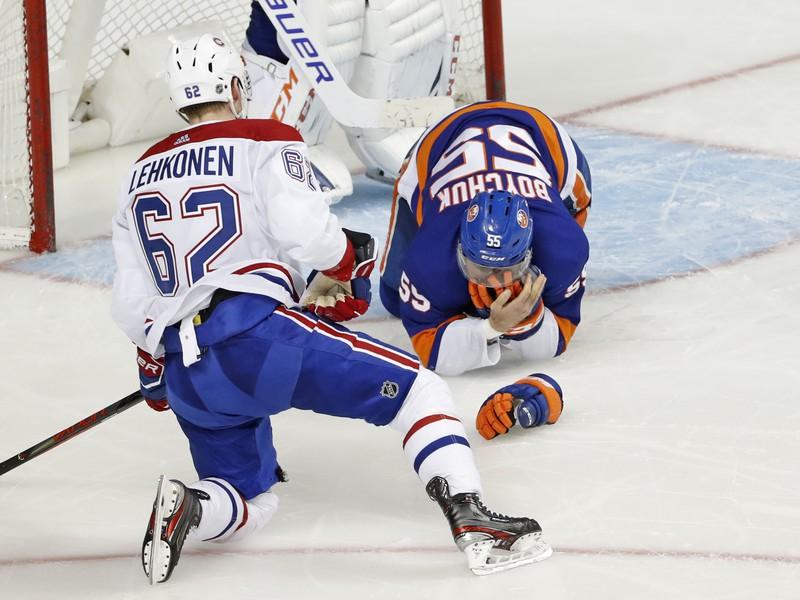 Johnny Boychuk utrpel zranenie po tom, čo ho zasiahla do tváre korčuľa súpera