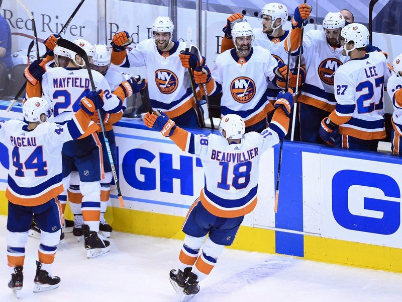 Radosť hráčov Islanders po postupe do ďalšieho kola