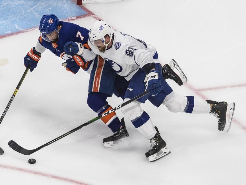 Erik Černák v akcii počas zápasu s New York Islanders