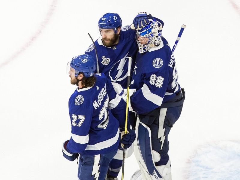 Hráči Tampy sa tešia z výhry v druhom zápase finále play-off NHL