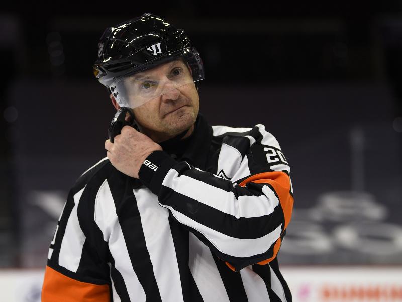 Teraz už bývalý rozhodca NHL Tim Peel
