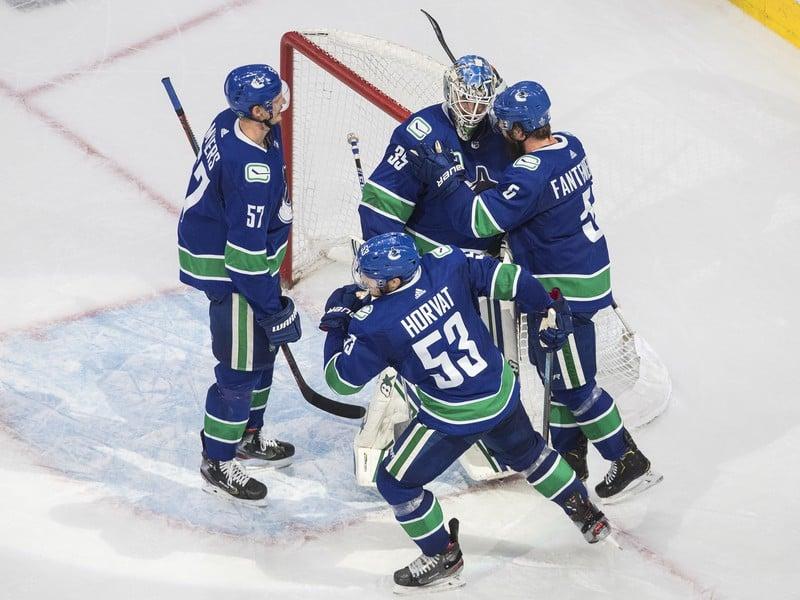 Hráči Vancouveru sa radujú z víťazstva nad Vegas Golden Knights