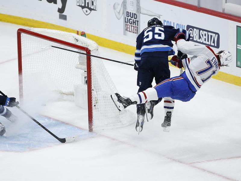 Mark Scheifele (Winnipeg) zrazil Jakea Evansa z Montrealu