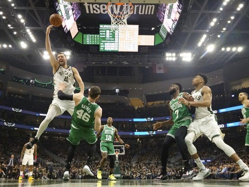 Hráč Milwaukee Bucks Nikola Mirotič strieľa na kôš proti Bostonu Celtics