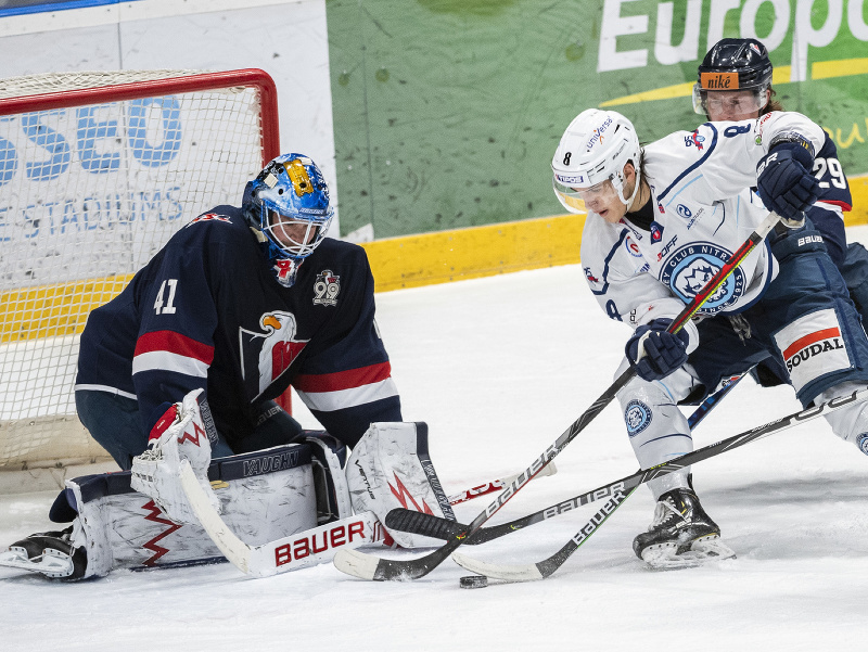 Na snímke zľava brankár Tyler Parks (Slovan), Daniil Fominych (Nitra) a Michael Brodzinski (Slovan)