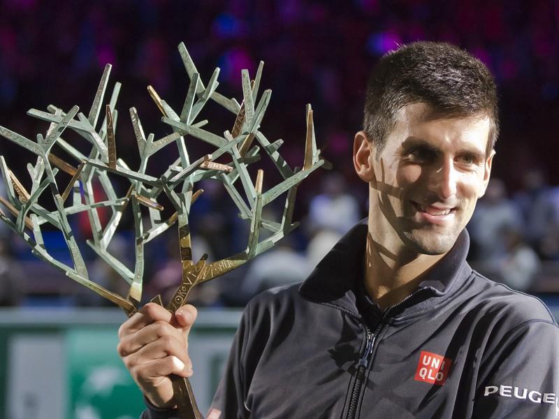 Novak Djokovič s trofejou pre víťaza