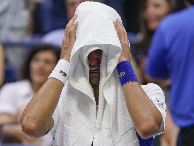 Srbský tenista Novak Djokovič plače počas finále US Open 2021