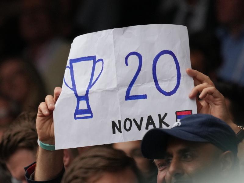 Novak Djokovič s wimbledonskou trofejou