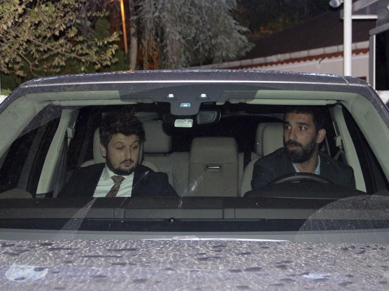 Arda Turan (vpravo) opúšťa policajnú stanicu