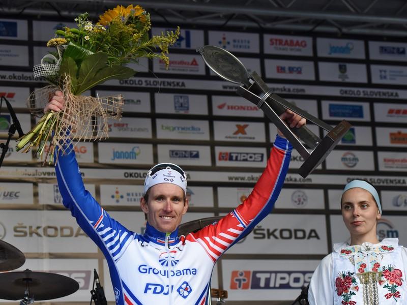 Na snímke francúzsky cyklista Arnaud Démare z tímu Groupama-FDJ oslavuje na pódiu víťazstvo v 3. etape 63. ročníka cyklistických pretekov Okolo Slovenska