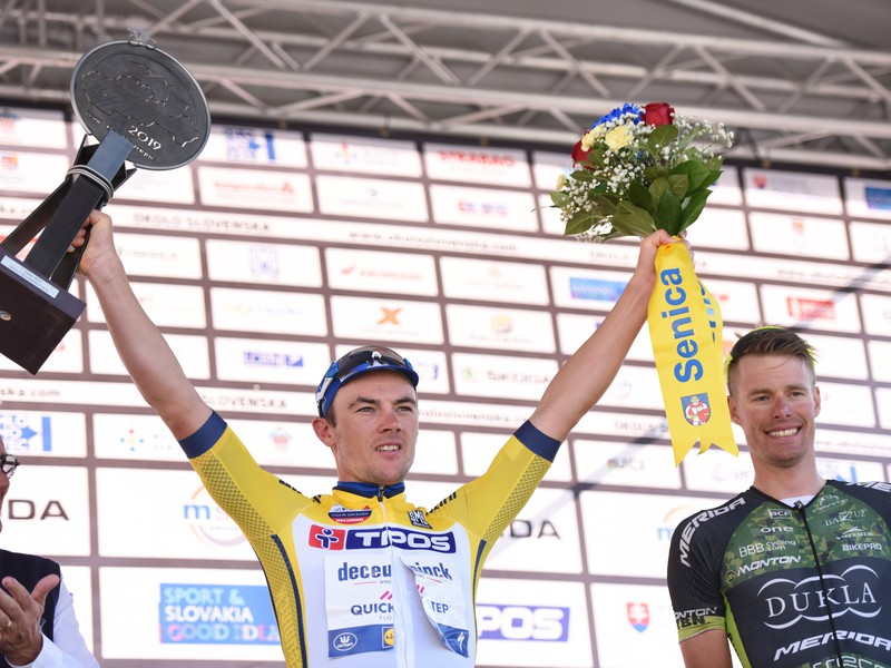 Na snímke Belgičan Yves Lampaert (Deucenick-Quick Step) oslavuje na pódiu celkové víťazstvo po 4. etape