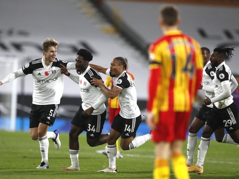 Ola Aina (v strede) oslavuje gól so spoluhráčmi
