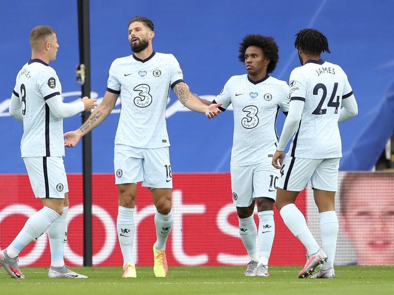 Hráč Chelsea Olivier Giroud oslavuje so spoluhráčmi gól