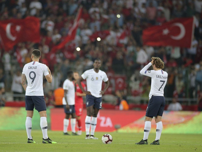 Frustrovaní Olivier Giroud a Antoine Griezmann po góle Turecka