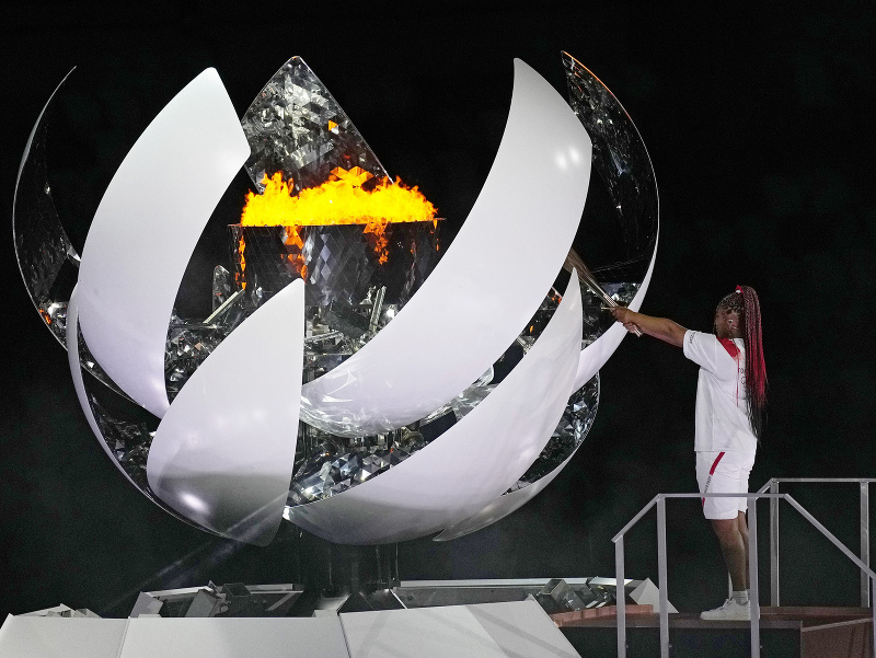 Naomi Osaková slávnostne zapaľuje oheň