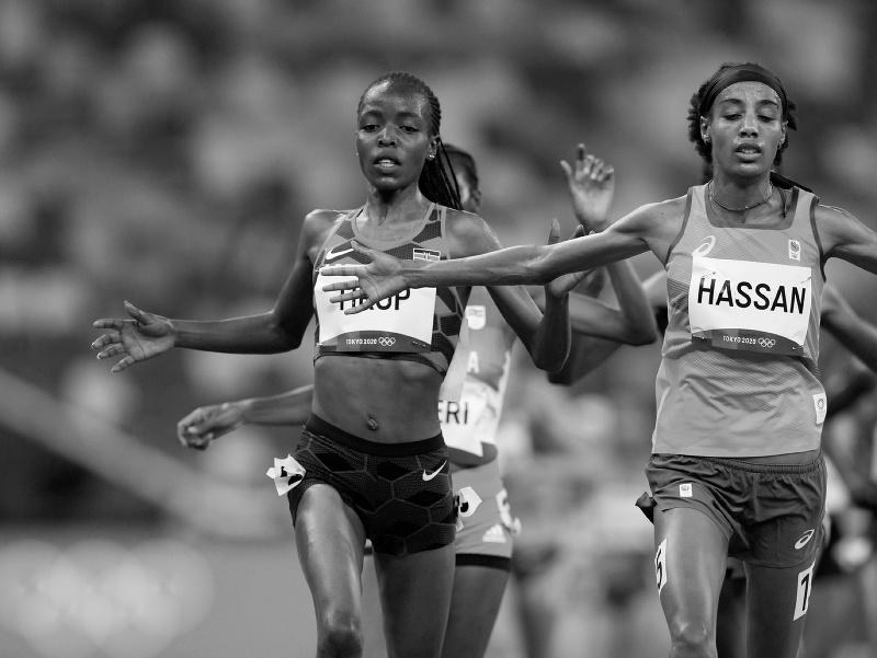 Agnes Tiropová (vľavo) počas behu na 5000 metrov na olympijských hrách v Tokiu