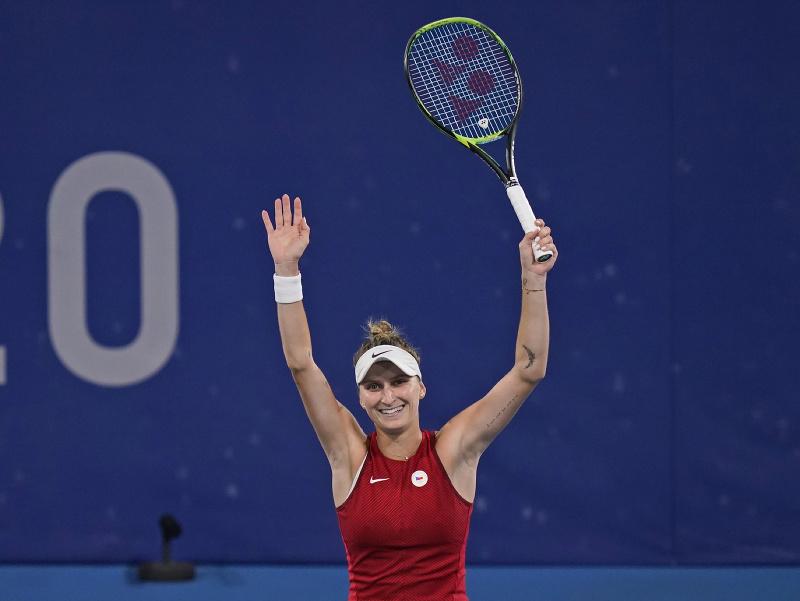 Česká tenistka Markéta Vondroušová sa teší po výhre 6:1, 6:4 nad nasadenou dvojkou, domácou Japonkou Naomi Osakovou v osemfinále ženskej dvojhry na OH2020 v Tokiu