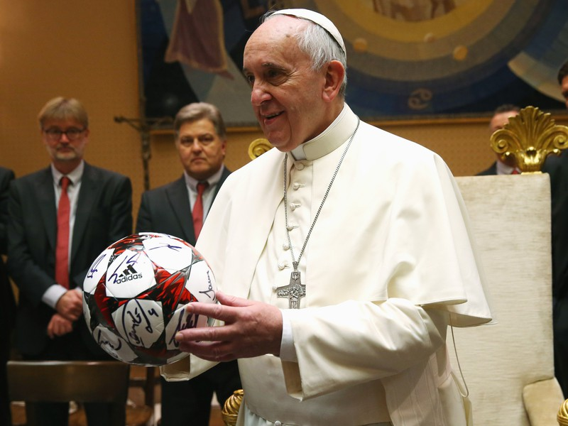 Ilustračné foto: Pápež František s loptou od hráčov Bayernu Mníchov