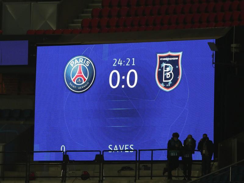 Futbalisti Basaksehiru opustili v úvode utorkového zápasu Ligy majstrov s domácim Parížom St. Germain hraciu plochu.