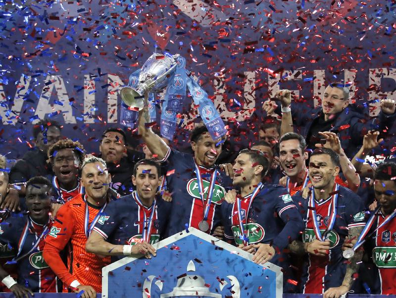 Hráči Paríž Saint-Germain oslavujú triumf vo francúzskom pohári