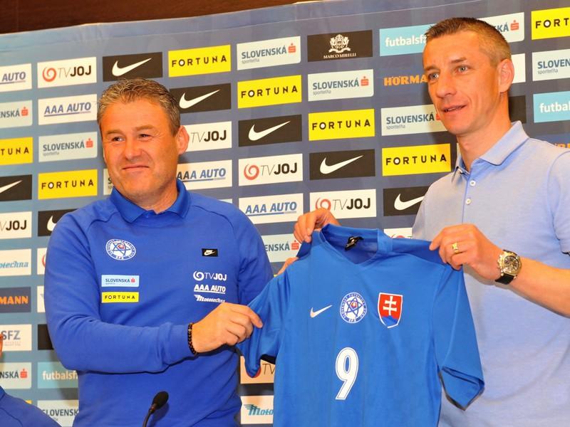 Ambasádor slovenskej futbalovej reprezentácie do 21 rokov Marek Mintál a vľavo reprezentačný tréner Pavel Hapal
