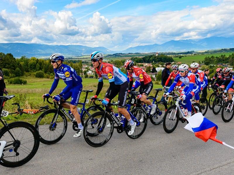 Pelotón cyklistov počas 3. etapy 63. ročníka Medzinárodných cyklistických pretekov Okolo Slovenska v stúpaní na Ceste SNP nad obcou Necpaly